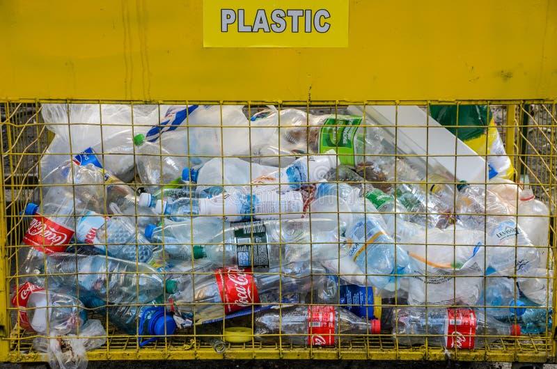 LEMBERG, UKRAINE - MÄRZ 2019: Müllcontainer für Plastikflaschen draußen sammeln und aufbereiten lizenzfreie stockfotografie