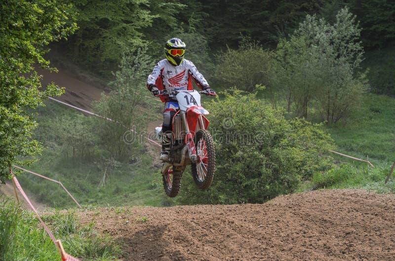 LEMBERG, UKRAINE - MAI 2019: Athletenmotorradrennläuferfahrten und -sprünge auf ein enduro Motorrad auf einer Motocrossstrecke stockbilder