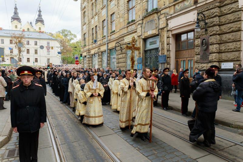 LEMBERG, UKRAINE - 16. Oktober 2017 Karwoche-Prozessionsgläubiger während des Quermarsches, der den religiösen Feiertag vom heili lizenzfreie stockfotografie