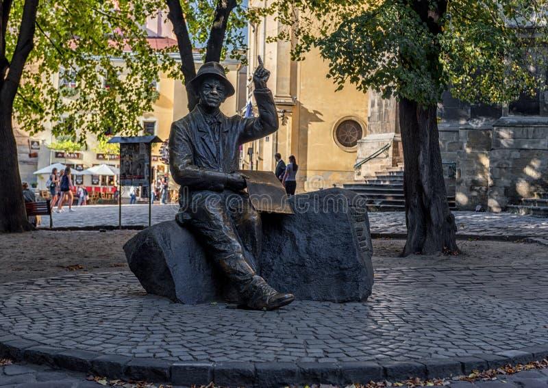 LEMBERG, UKRAINE - 8. SEPTEMBER 2016: Lemberg-Stadt und Monument von Nikifor Krynicki lizenzfreie stockfotos