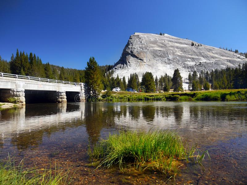 Lembert-Haube Tuolumne-Fluss-Yosemite Nationalpark stockfotos
