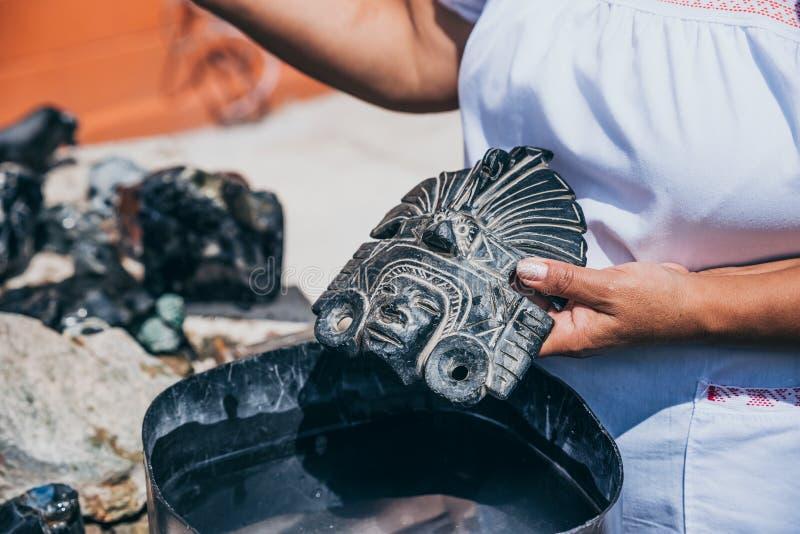 Lembrança principal asteca da estátua da obsidiana feito a mão fotos de stock