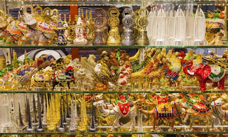 Lembranças árabes tradicionais para a venda no mercado do souk de Dubai, UAE imagem de stock