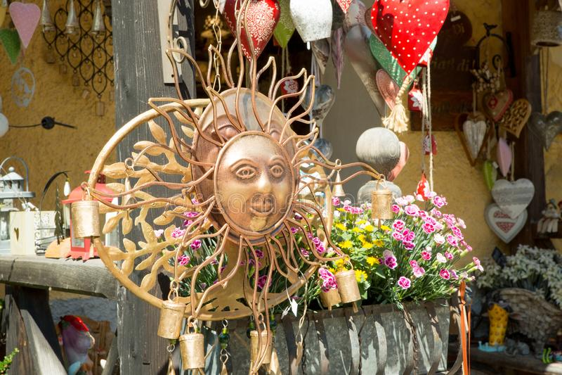 Lembranças antigas do vintage de Sun da rua de Hallstadt Áustria fotos de stock royalty free
