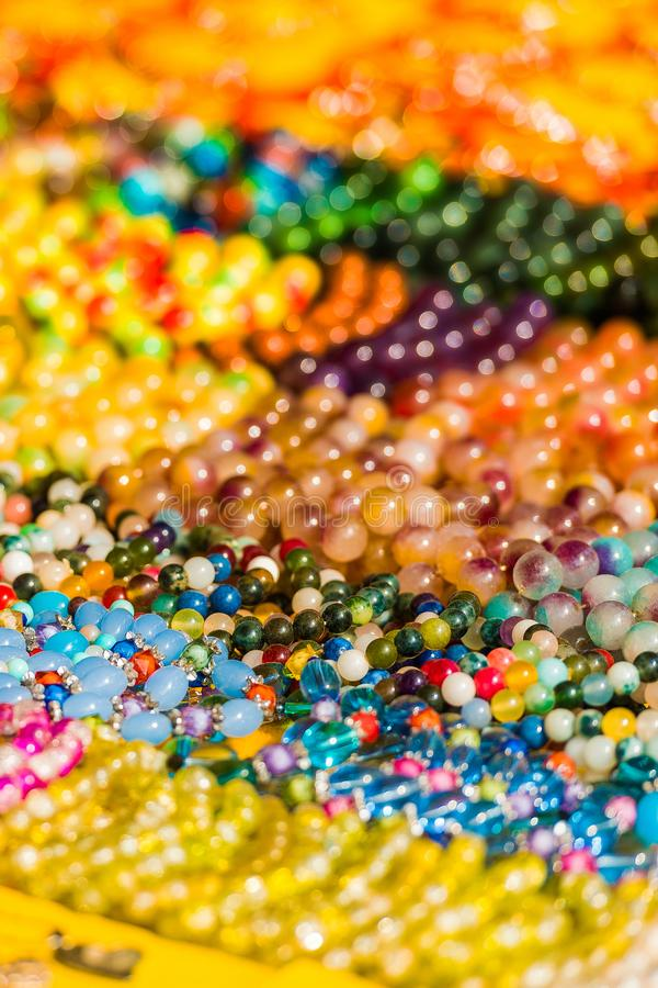 Lembranças coloridas de pedras preciosas, Luang Prabang, Laos Close-up vertical imagens de stock royalty free