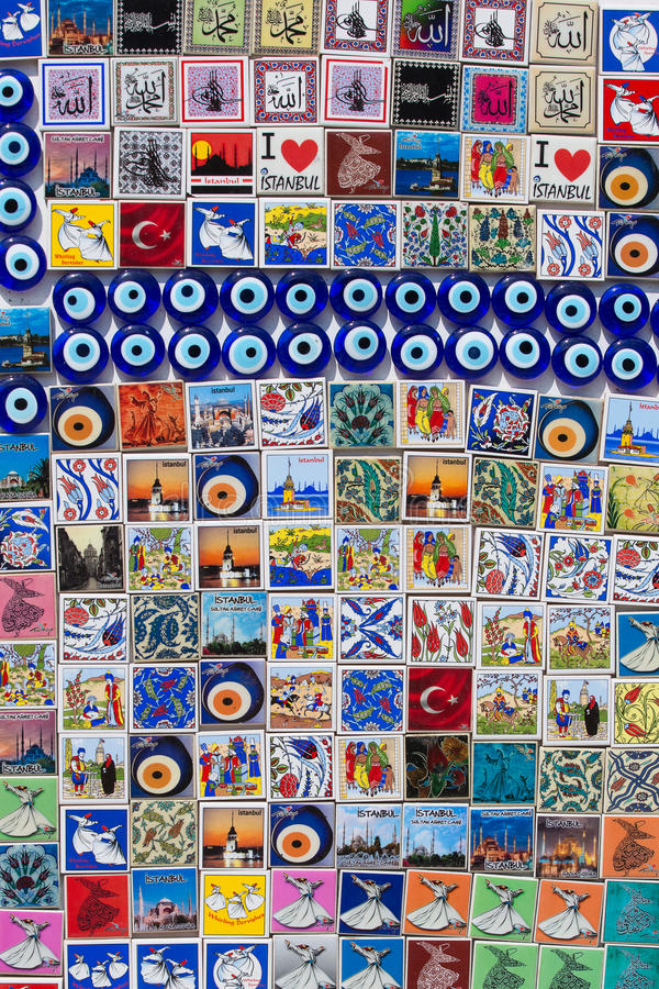 Lembranças coloridas do ímã em uma loja de lembrança em Istambul, Turquia imagem de stock