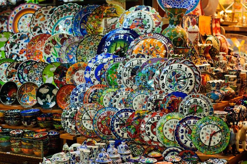 Lembranças da porcelana do bazar grande de Istambul foto de stock