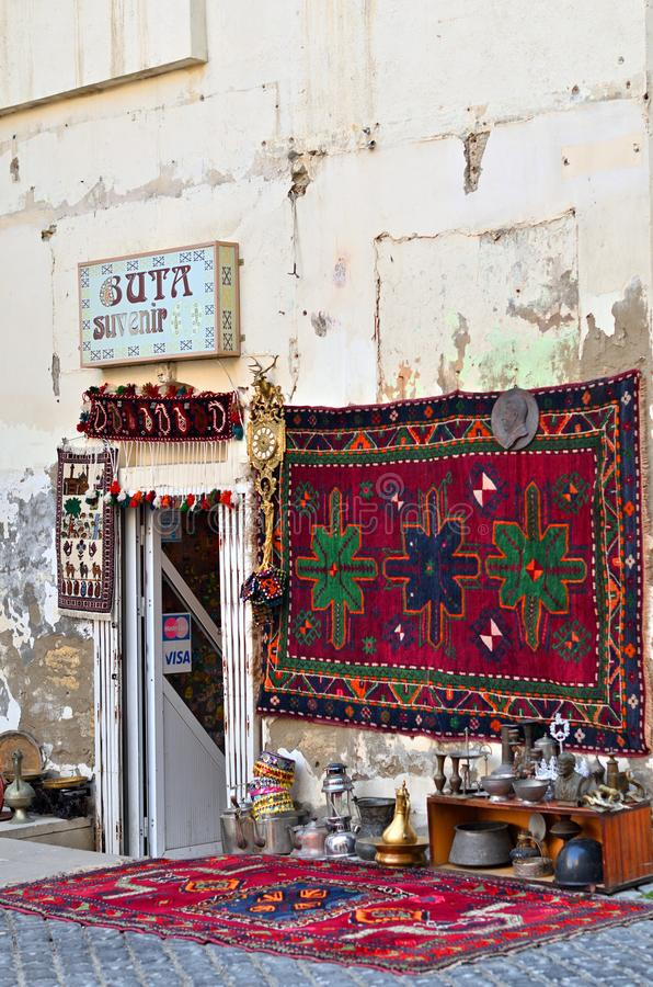 Lembranças e coisas velhas nas prateleiras de Baku imagem de stock royalty free