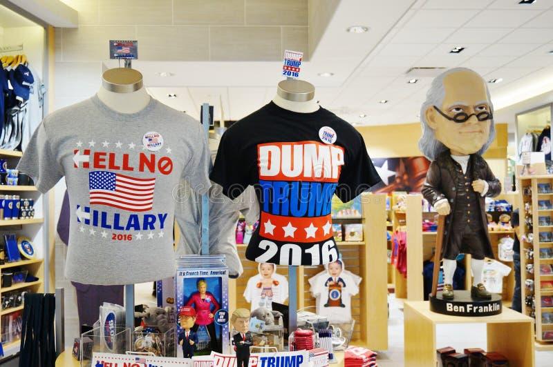Lembranças e roupa sobre a eleição 2016 presidencial americana imagens de stock