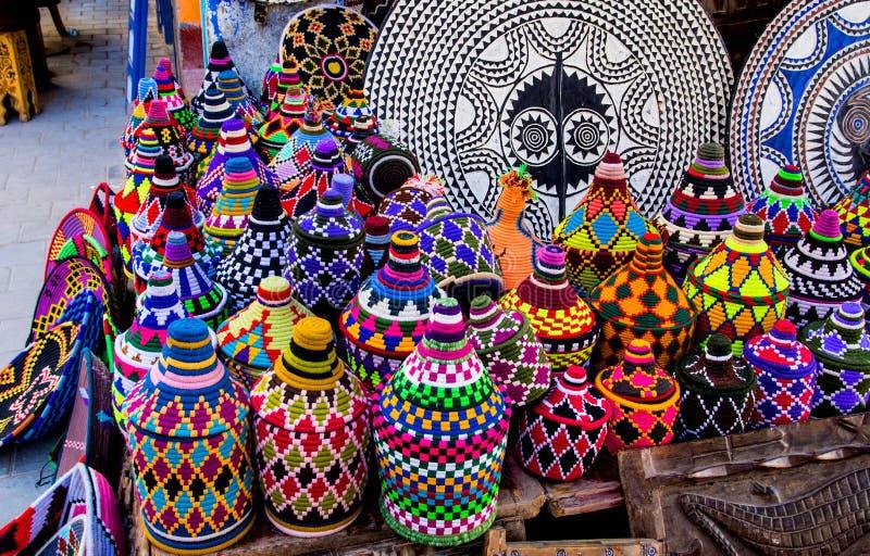 Lembranças marroquinas feitos a mão coloridos no Medina de Essaou imagem de stock