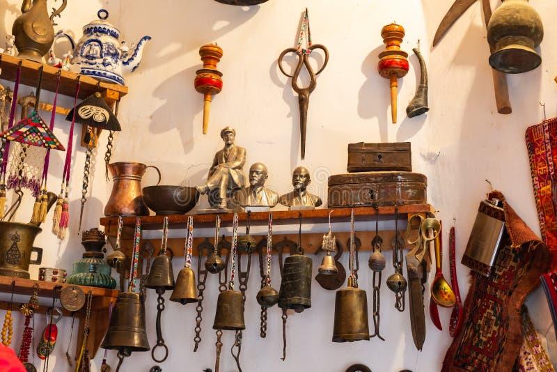 Lembranças velhas e produtos manufaturados históricos em um bazar na cidade de Bukhara imagem de stock