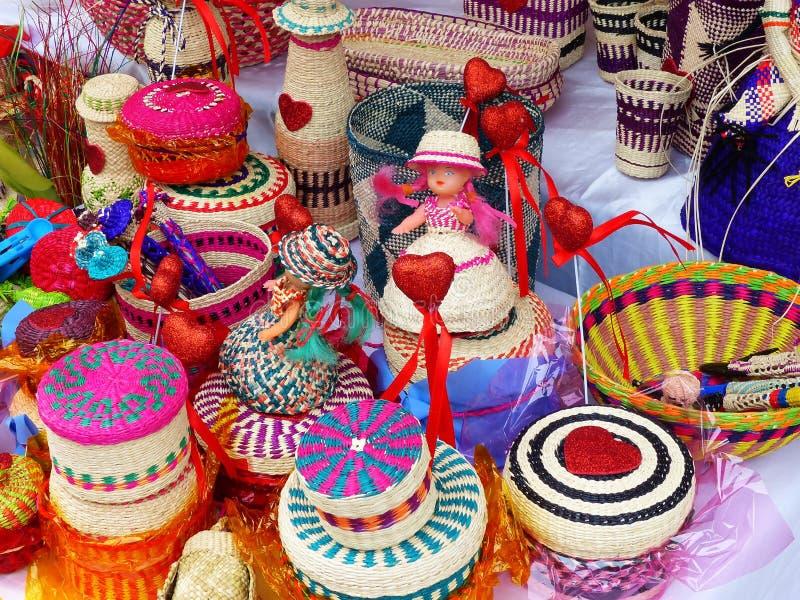 Lembran?as de vime: cestas, bonecas, garrafas, vasos e feito mais da palha do toquilla imagens de stock royalty free