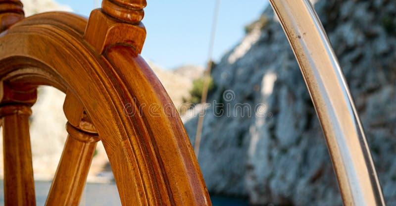 Leme de madeira do navio imagens de stock
