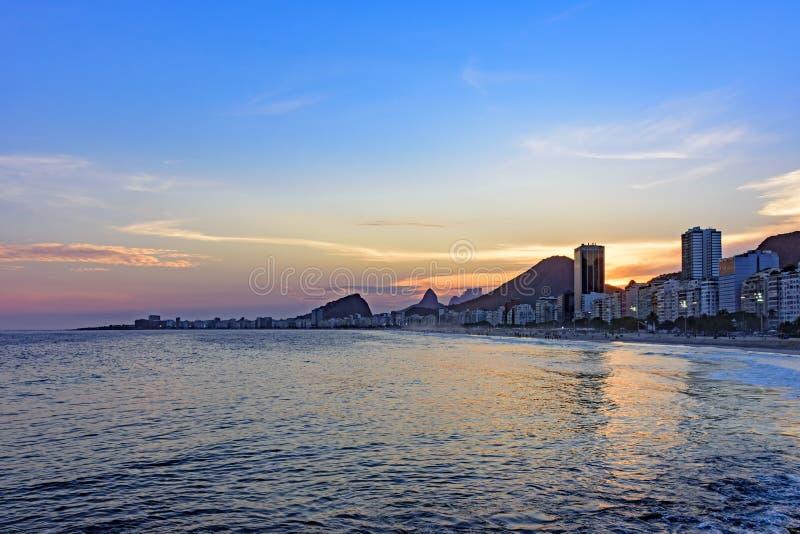 Leme und Copacabana setzt in Rio de Janeiro während des Sonnenuntergangs auf den Strand lizenzfreie stockbilder
