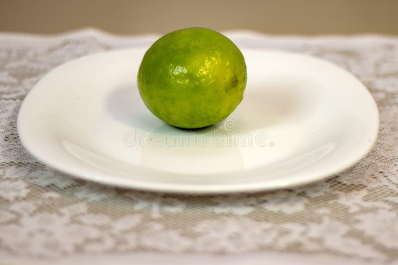 Lemom auf Platte und weißen Tischdecken auf dem Tisch stockbilder