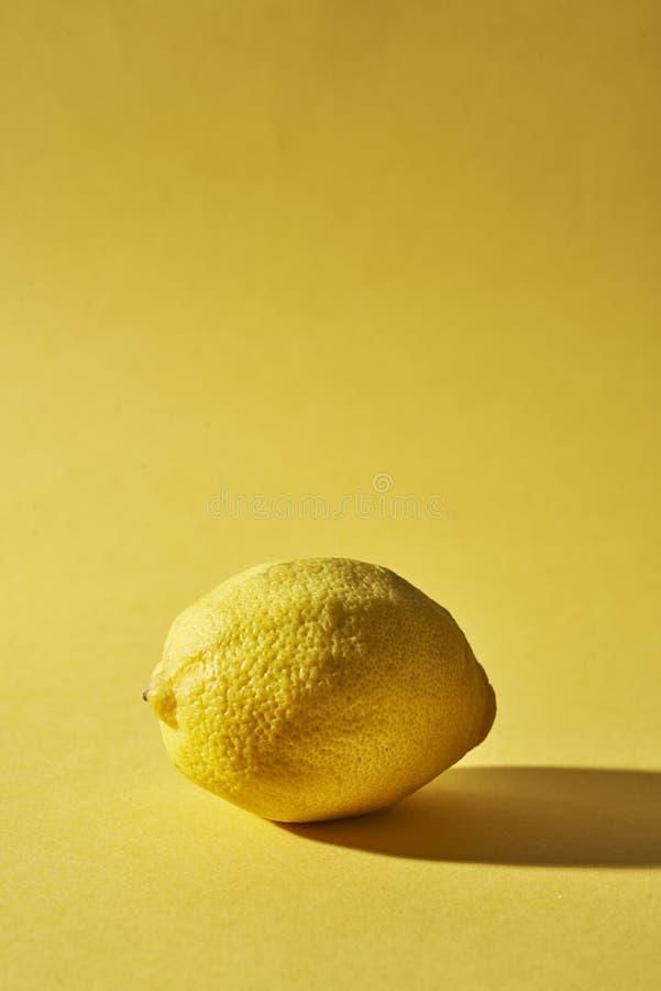 Lemon auf gelbem Hintergrund stockfoto