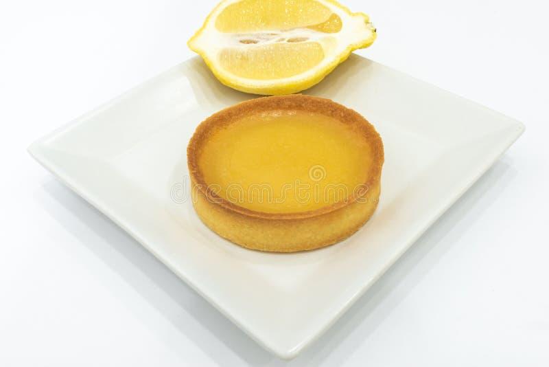 Lemon Curd Tart Thuis gemaakt van vers gebakken voedsel Witte achtergrond, geen mens Lege kopieerruimte voor tekst royalty-vrije stock afbeelding