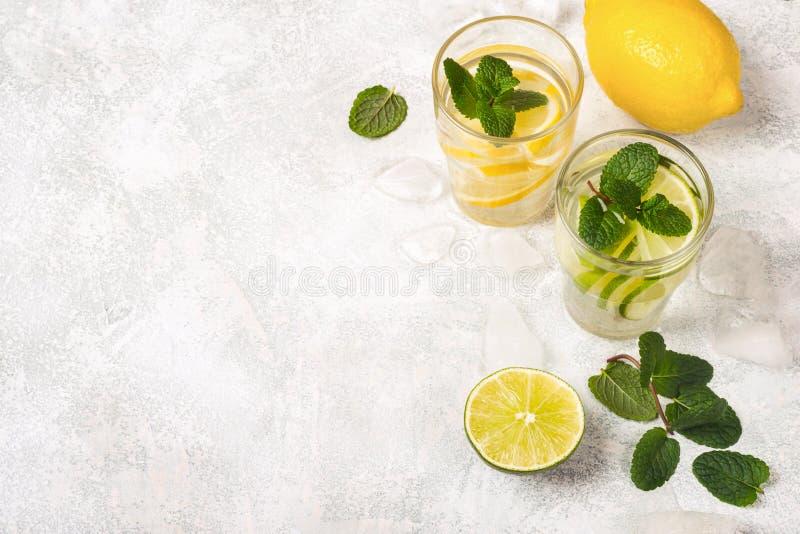 Lemonad- eller Mojito coctail med mintkaramellen och ingredienser arkivfoton