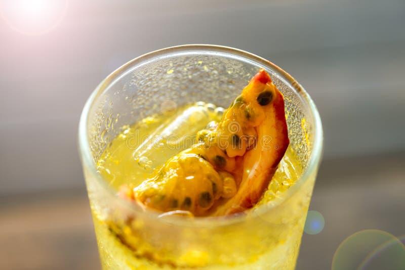 Lemonad för passionfrukt i ett klart exponeringsglas i ett sommarkafé ?vre sikt skivaslut upp fotografering för bildbyråer