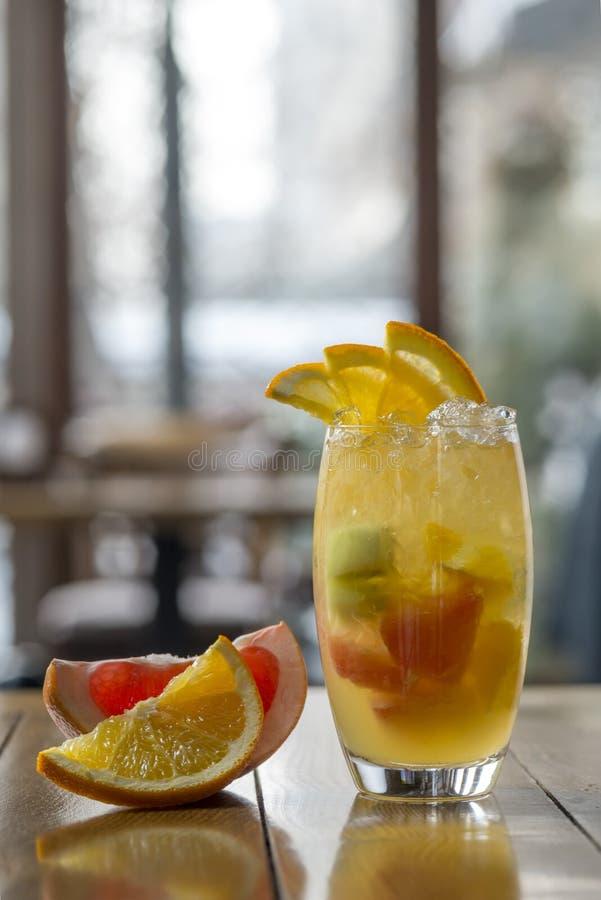 Lemonad från apelsinen, grapefrukten, citronen och kiwi på en träflik royaltyfri fotografi