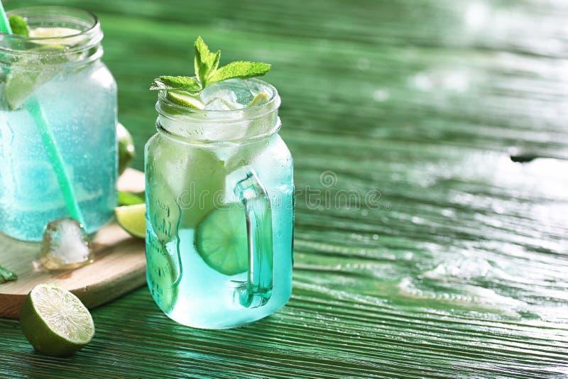 Lemonad från limefrukt och mintkaramellen royaltyfria bilder