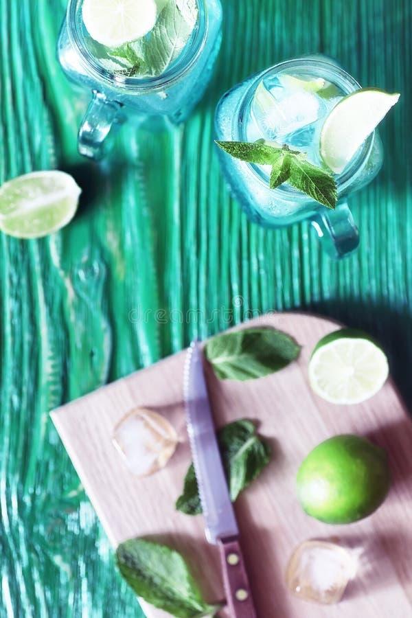 Lemonad från limefrukt och mintkaramellen arkivfoto