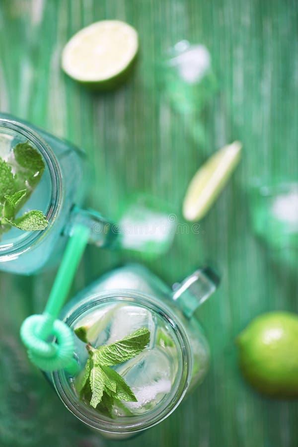 Lemonad från limefrukt och mintkaramellen arkivbild
