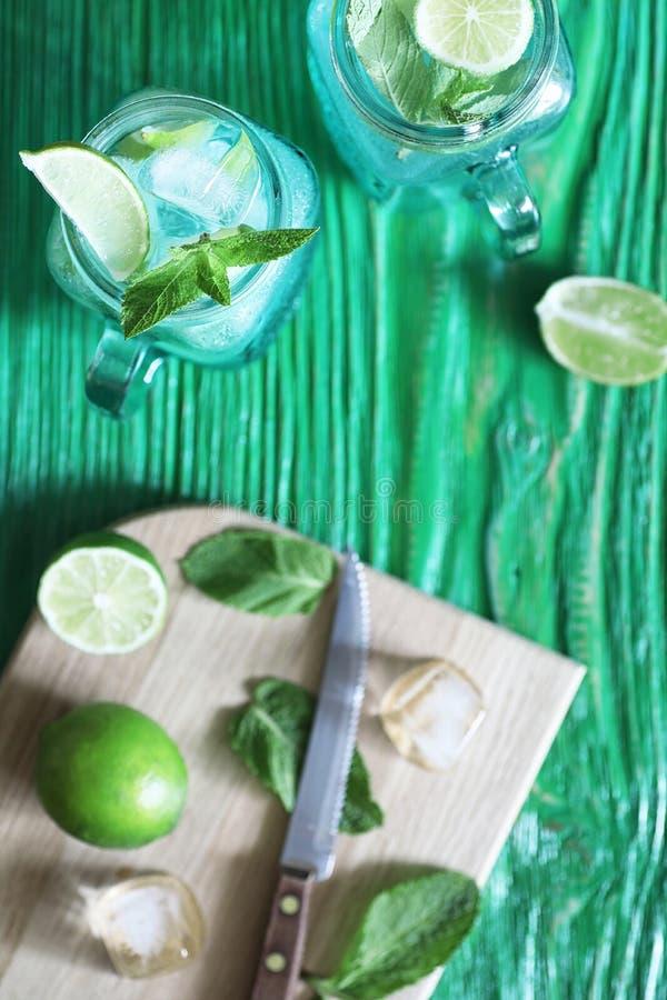 Lemonad från limefrukt och mintkaramellen royaltyfri fotografi
