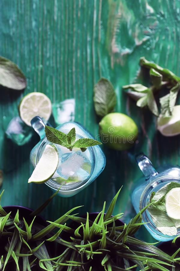 Lemonad från limefrukt och mintkaramellen royaltyfri bild