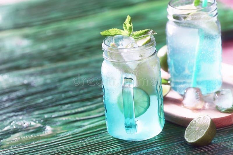 Lemonad från limefrukt och mintkaramellen arkivbilder