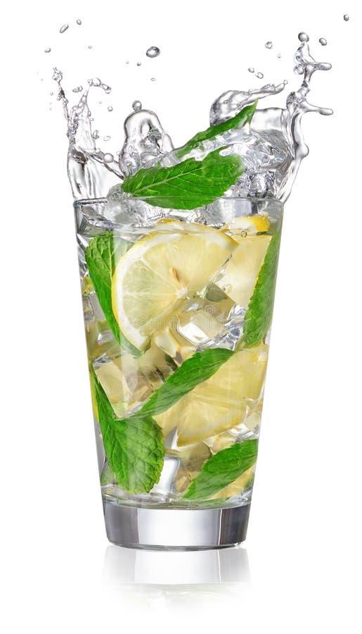 Lemonad i ett exponeringsglas med att plaska arkivbild