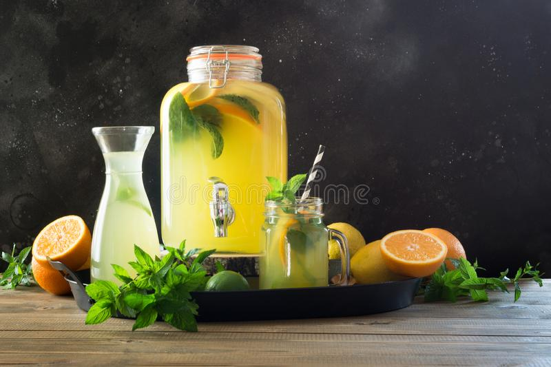 Lemonad med apelsinen, citronen och mintkaramellen i murarekrus Sommardetoxdrink arkivfoto