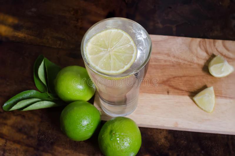 Lemonad med den nya citronen arkivfoton