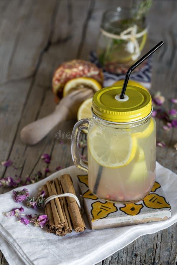 Download Lemonad Med Den Nya Citronen På Träbakgrund Arkivfoto - Bild av fruktsaft, detox: 78725362