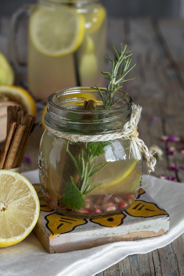 Download Lemonad Med Den Nya Citronen På Träbakgrund Fotografering för Bildbyråer - Bild av picknick, detox: 78725373