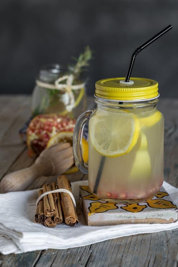 Download Lemonad Med Den Nya Citronen På Träbakgrund Fotografering för Bildbyråer - Bild av beverly, citrus: 78725391