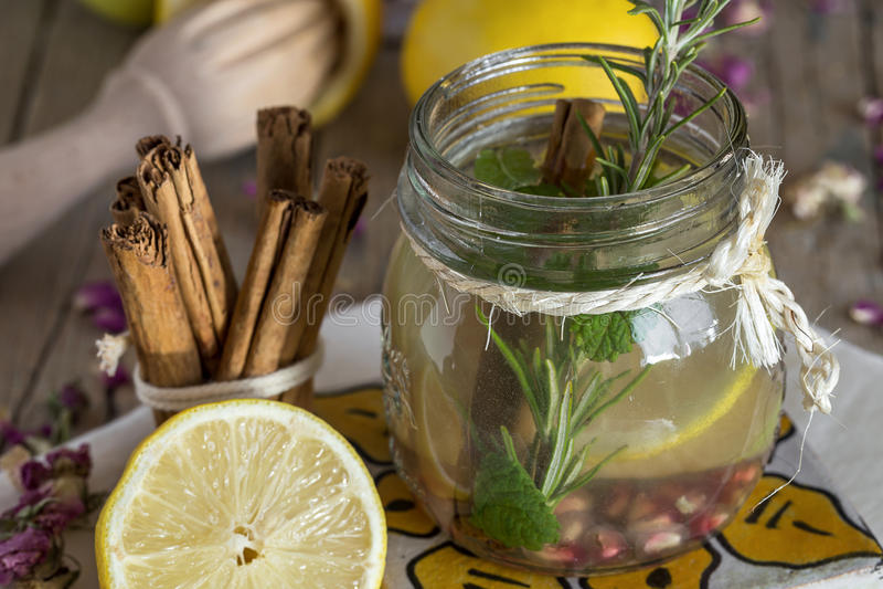 Download Lemonad Med Den Nya Citronen På Träbakgrund Fotografering för Bildbyråer - Bild av skiva, green: 78725427
