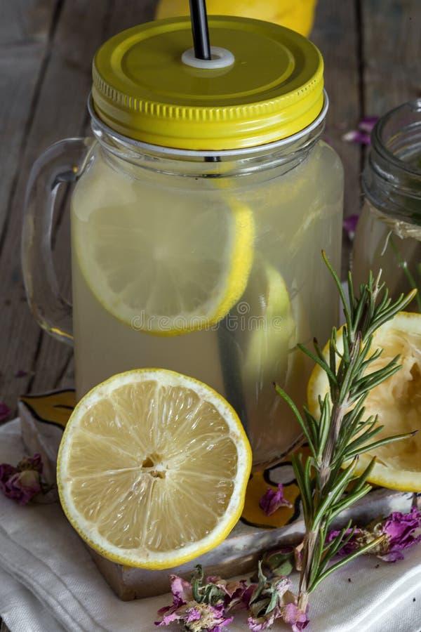 Download Lemonad Med Den Nya Citronen På Träbakgrund Fotografering för Bildbyråer - Bild av färg, beverly: 78725471