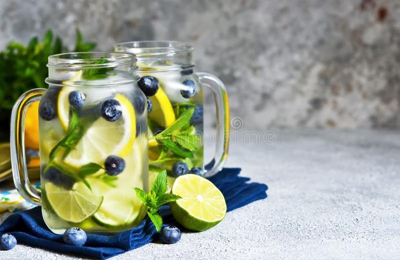 Lemonad med limefrukt, citronen och blåbär arkivfoto