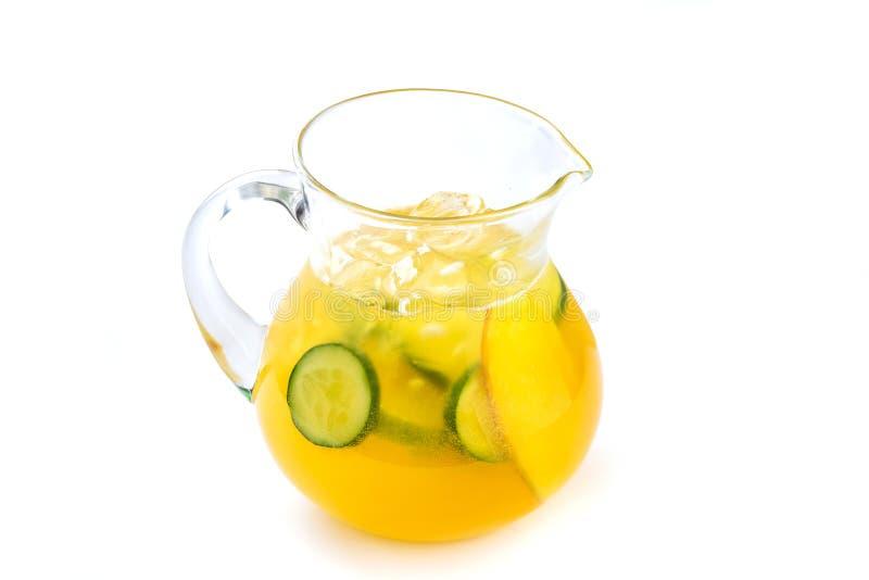 Lemonad med mango och gurkan i en tillbringare på en isolerad vit bakgrund royaltyfria bilder