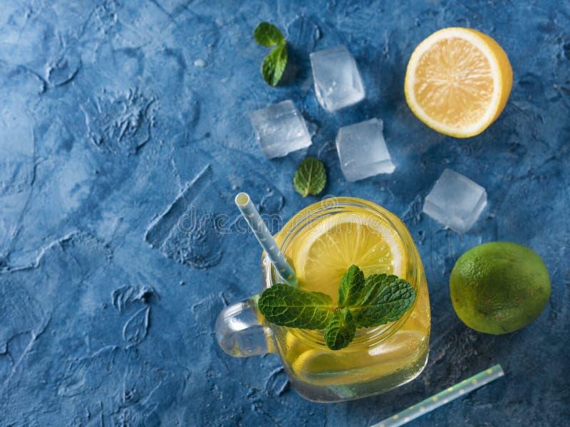 Lemonad med mintkaramellen i murarekrus royaltyfri foto