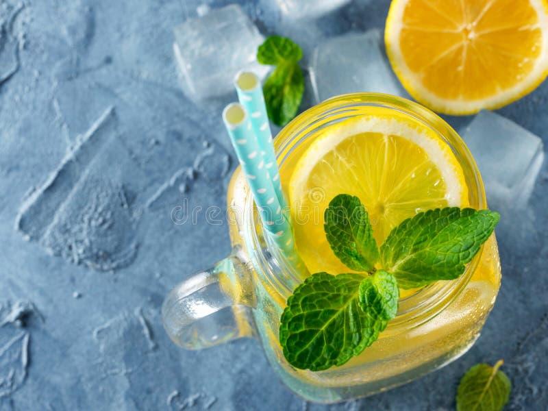 Lemonad med mintkaramellen i murarekrus fotografering för bildbyråer