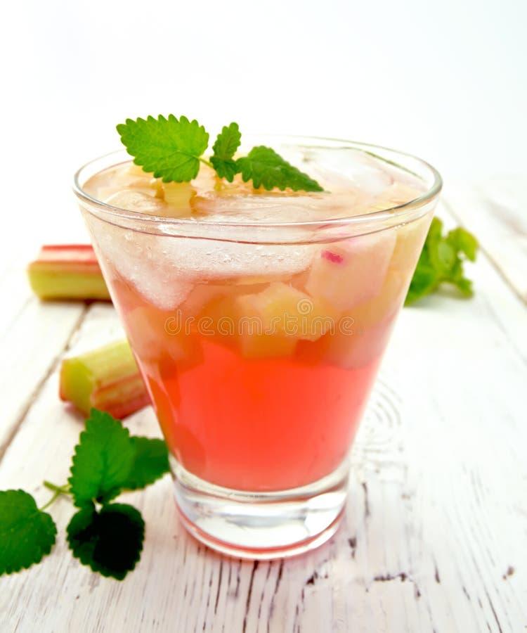 Lemonad med rabarber och mintkaramellen på ljust bräde royaltyfri bild