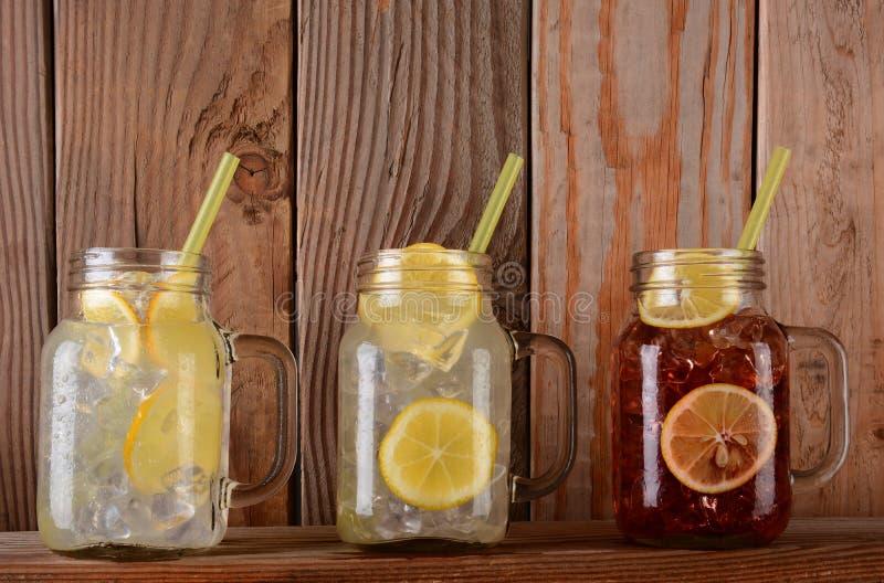 Lemonad och frukt Juice Glasses på hylla arkivbilder