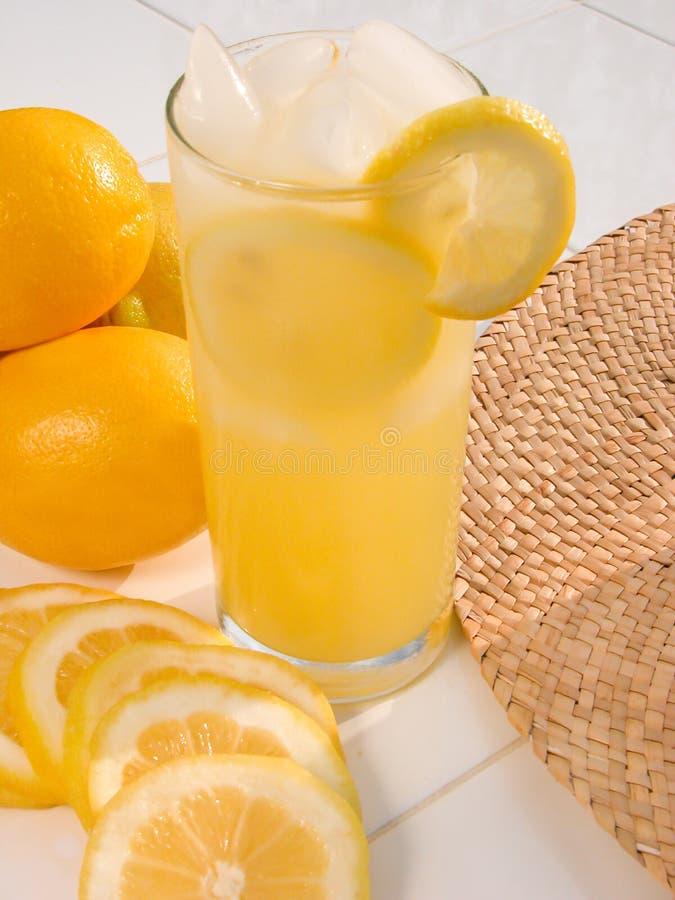Lemonad på en varm sommardag II arkivbild