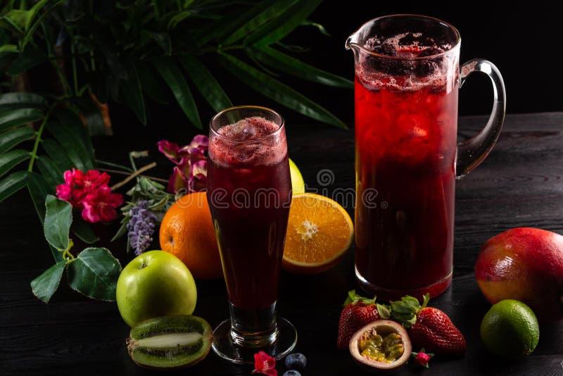 Lemonadblåbär - björnbär i en tillbringare och ett exponeringsglas och en frukt arkivbilder