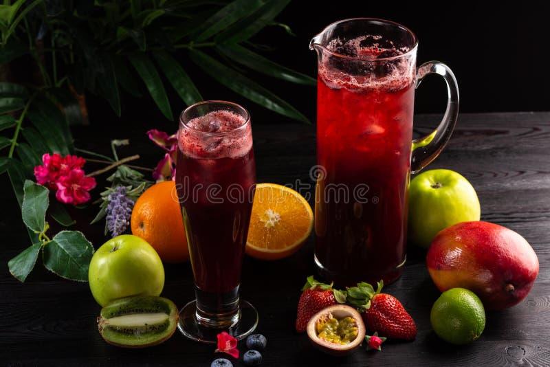 Lemonadbl?b?r - bj?rnb?r i en tillbringare och ett exponeringsglas och en frukt royaltyfri foto