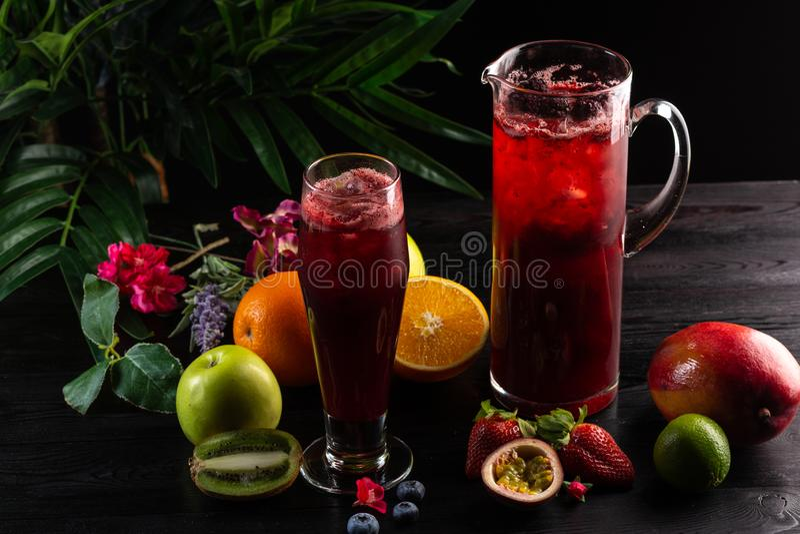 Lemonadbl?b?r - bj?rnb?r i en tillbringare och ett exponeringsglas och en frukt arkivfoto