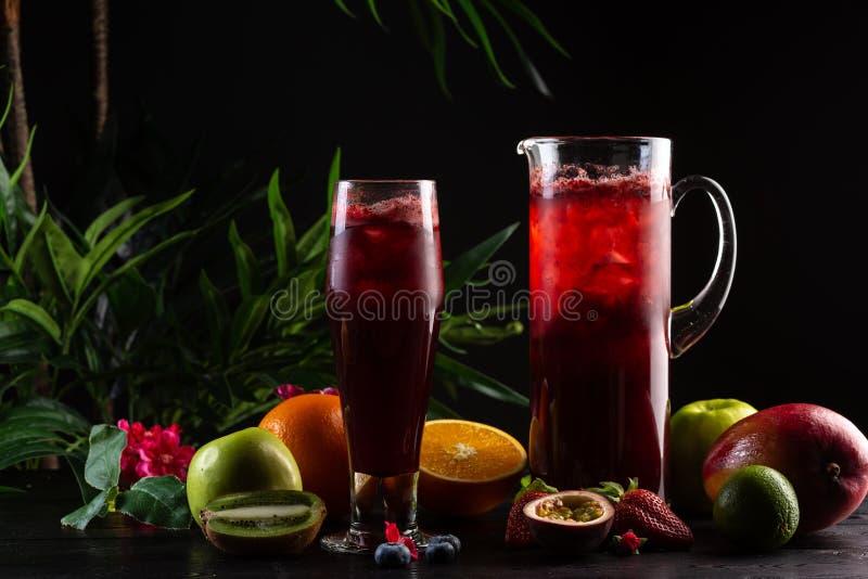 Lemonadbl?b?r - bj?rnb?r i en tillbringare och ett exponeringsglas och en frukt arkivbilder