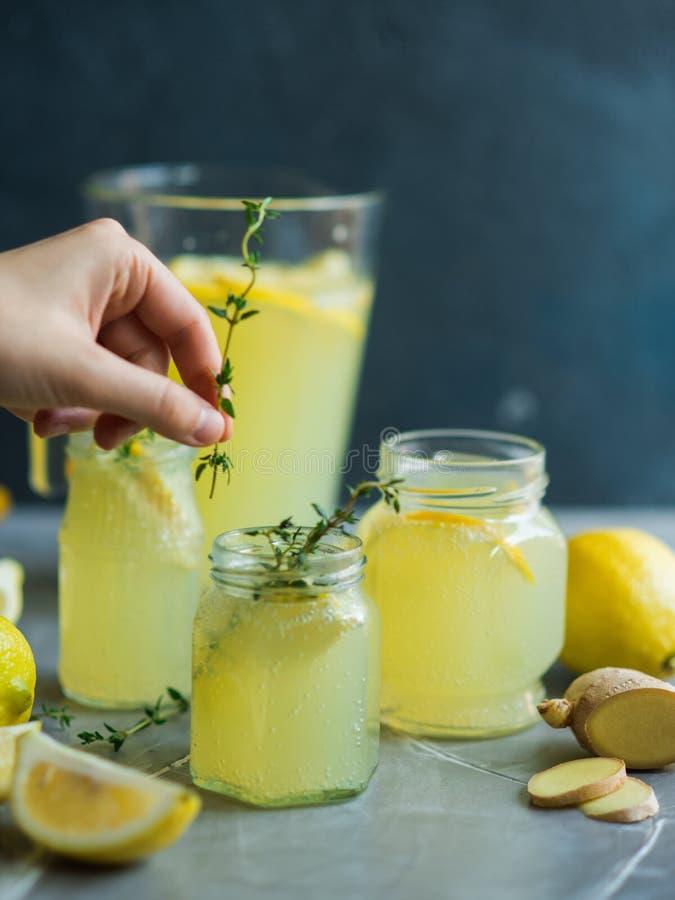Lemonaddrink med citroner arkivbilder